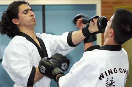 Wing Chun stoten komen onverwacht snel door het midden.